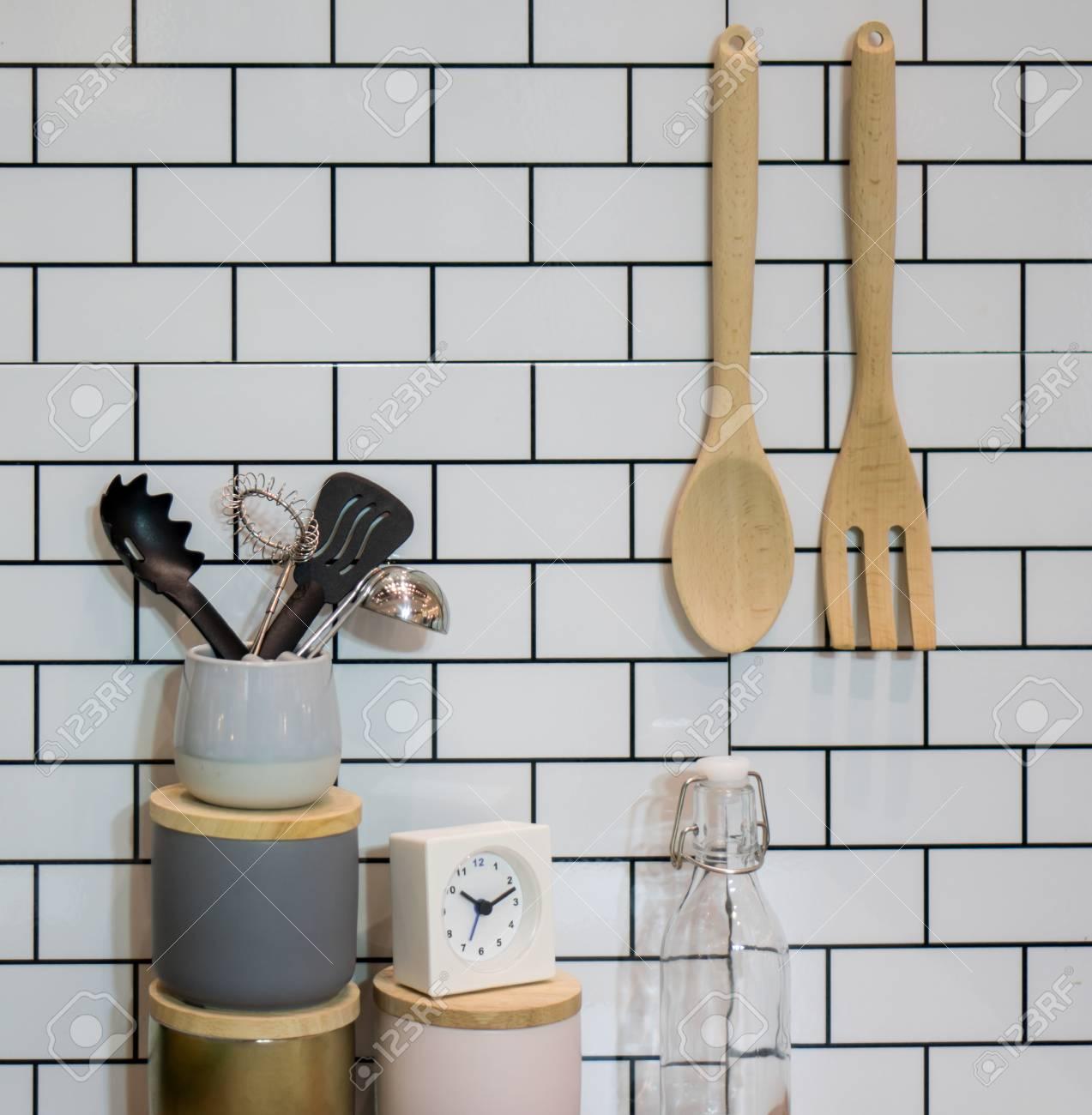 Küchenutensilien Und Sachen Gegen Die Weiße Mauer Lizenzfreie Fotos ...