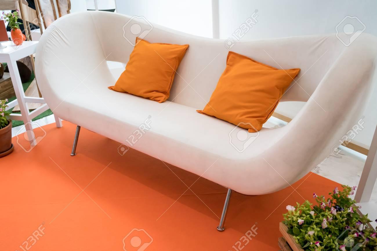 Primo piano display del soggiorno in tema arancione. Interior design in  stile moderno.