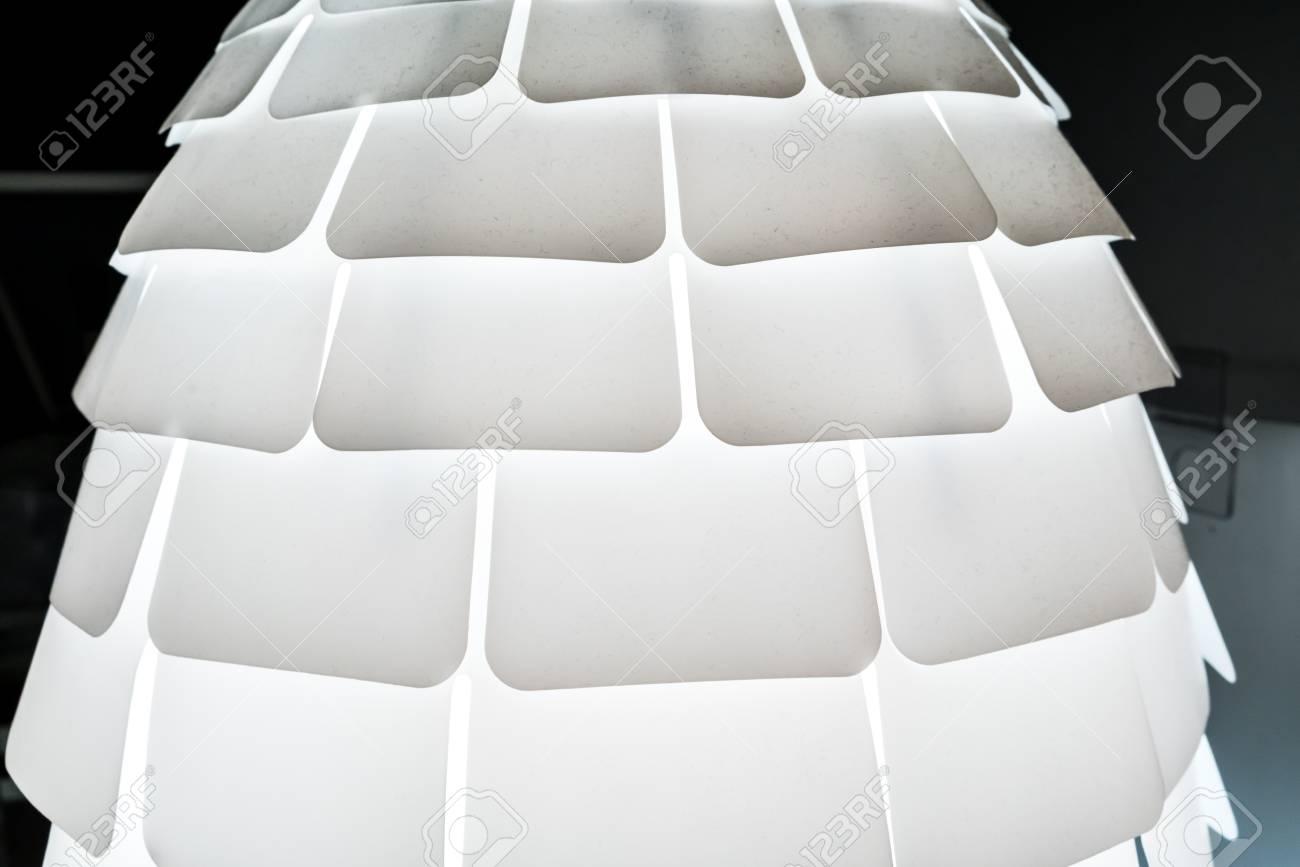 Moderne Lampen 87 : Moderne weiße lampe mit dekorativem mehrfachem schatten der von