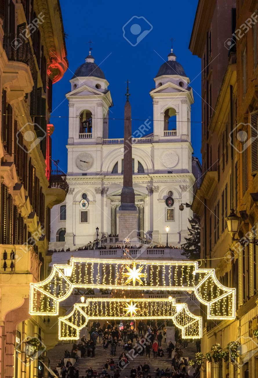 Albero Di Natale Roma 2019.Roma Italia 2 Gennaio 2018 Piazza Di Spagna E La Scalinata Di Trinita Dei Monti Durante Le Vacanze Di Natale Con Decorazioni Luminose E Albero