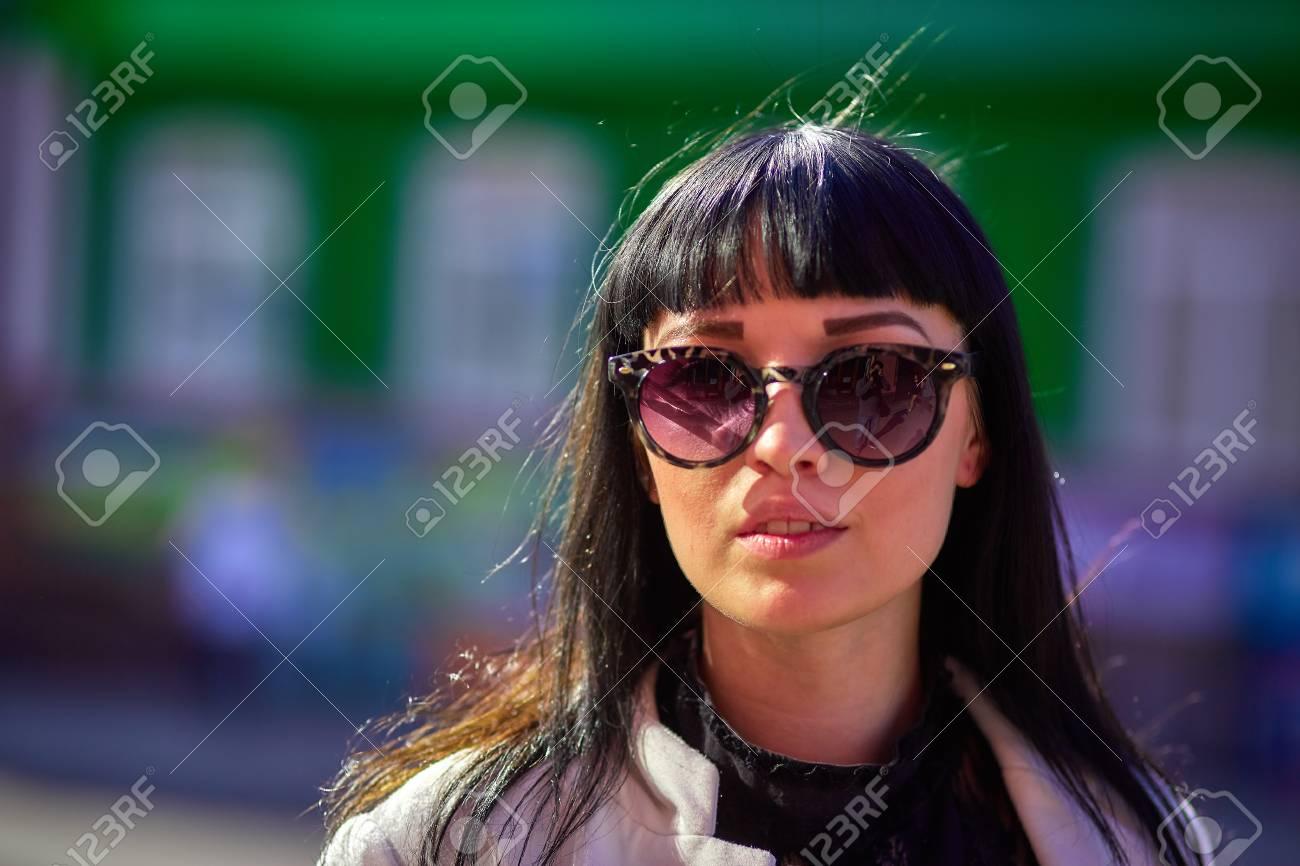 codice promozionale f9f94 f5fee Bella ragazza con i capelli neri, occhiali da sole. Gioventù, felicità,  giornata di sole estivo, ritratto