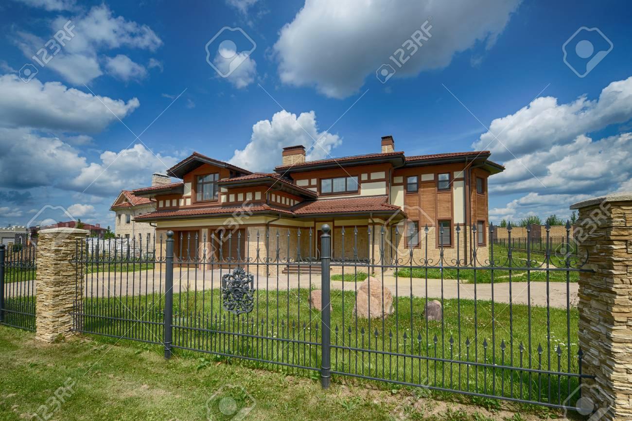 banque dimages belle maison de campagne dans le village exclusif