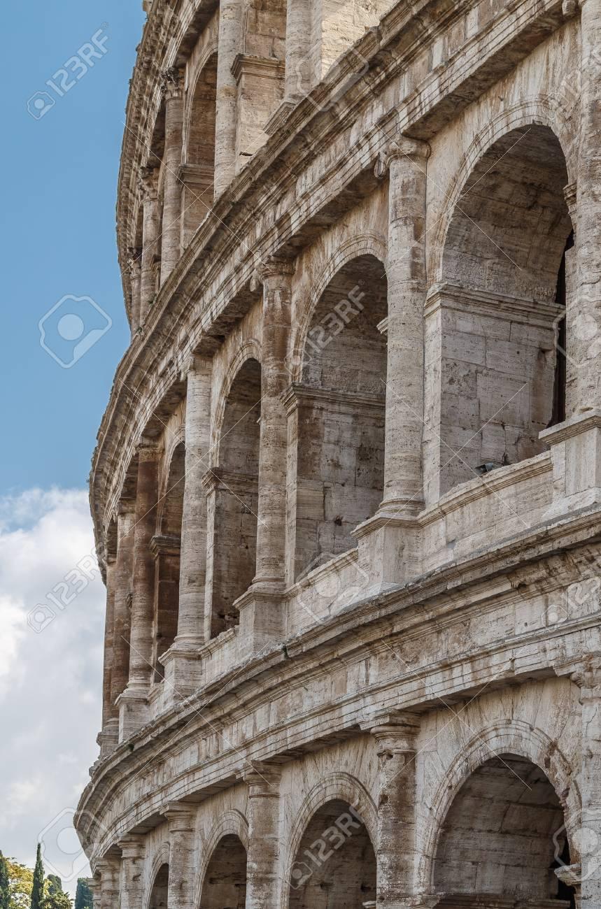 Wall Coliseum, Un Monumento Arquitectónico En Roma, Marco Vertical ...
