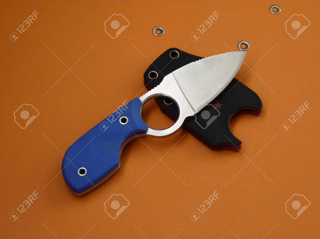 隠しを運ぶと、臨時雇いの小さなナイフ の写真素材・画像素材 Image ...