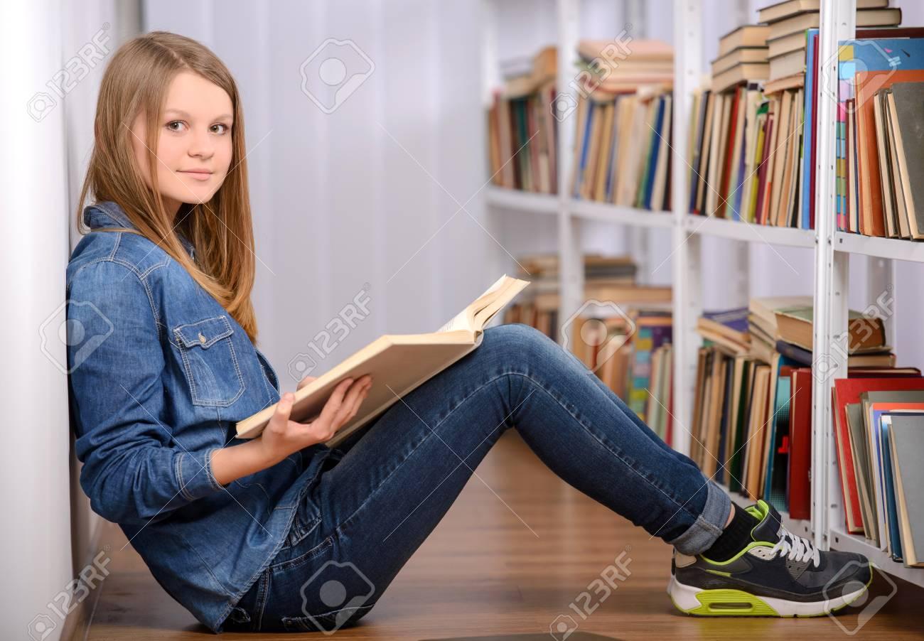 Portrait De L Etudiant Intelligent Avec Un Livre Ouvert A Le Lire Au College Bibliotheque