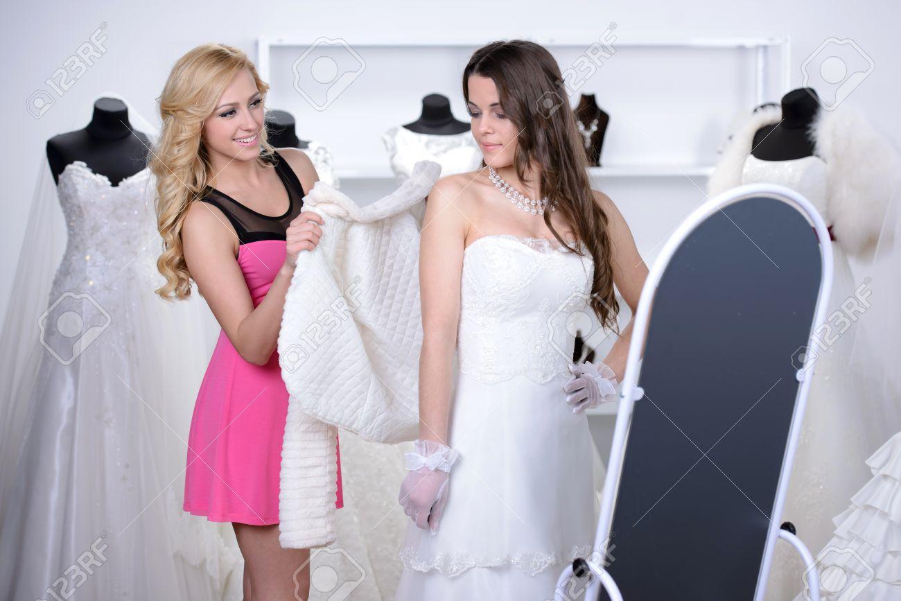 Lächelnde Hübsche Braut Wählt Weißen Kleid Auf Der Hochzeit Shop ...