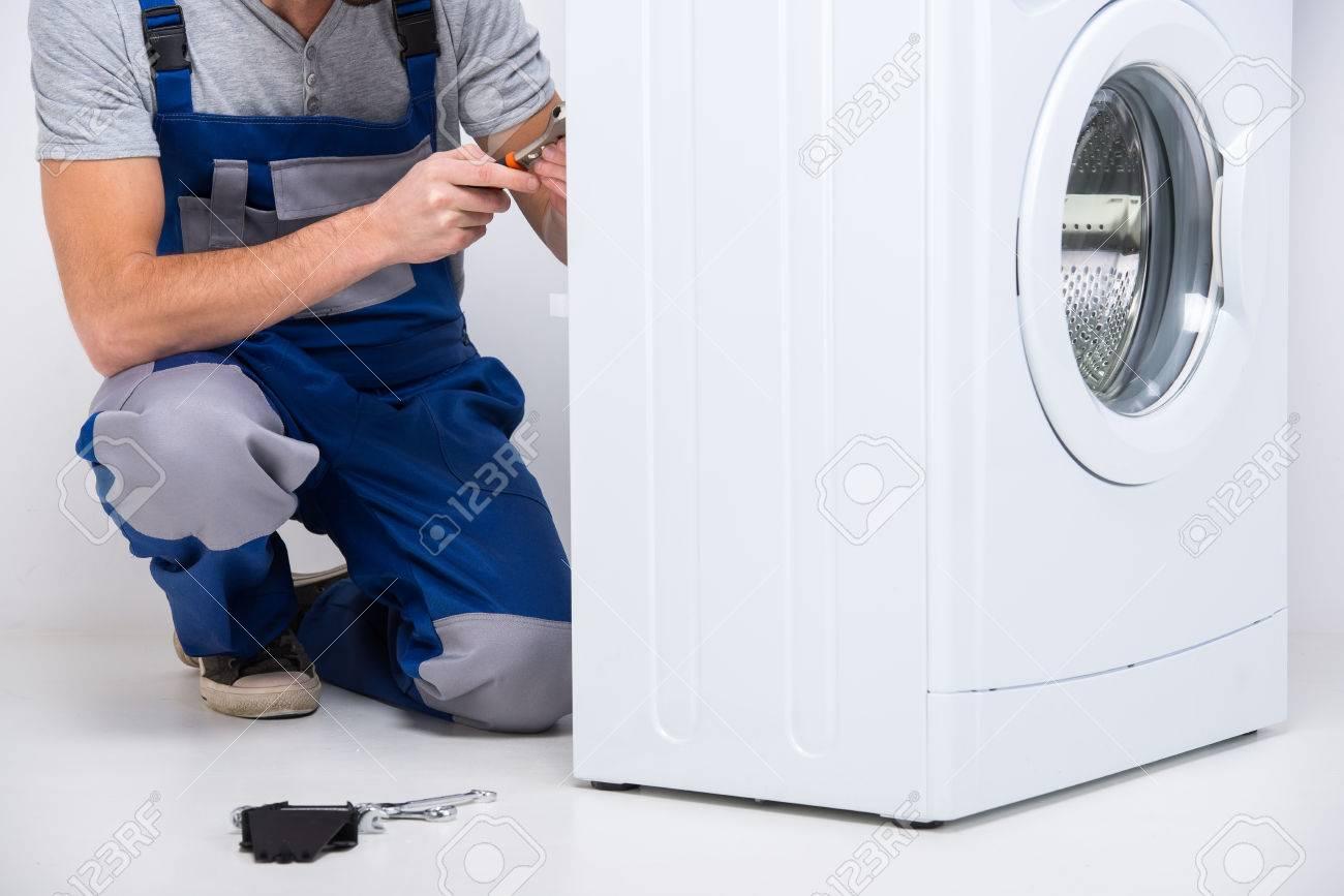 Günstige Waschmaschinen Reparatur : Schlosser ist die reparatur einer waschmaschine auf dem weißen