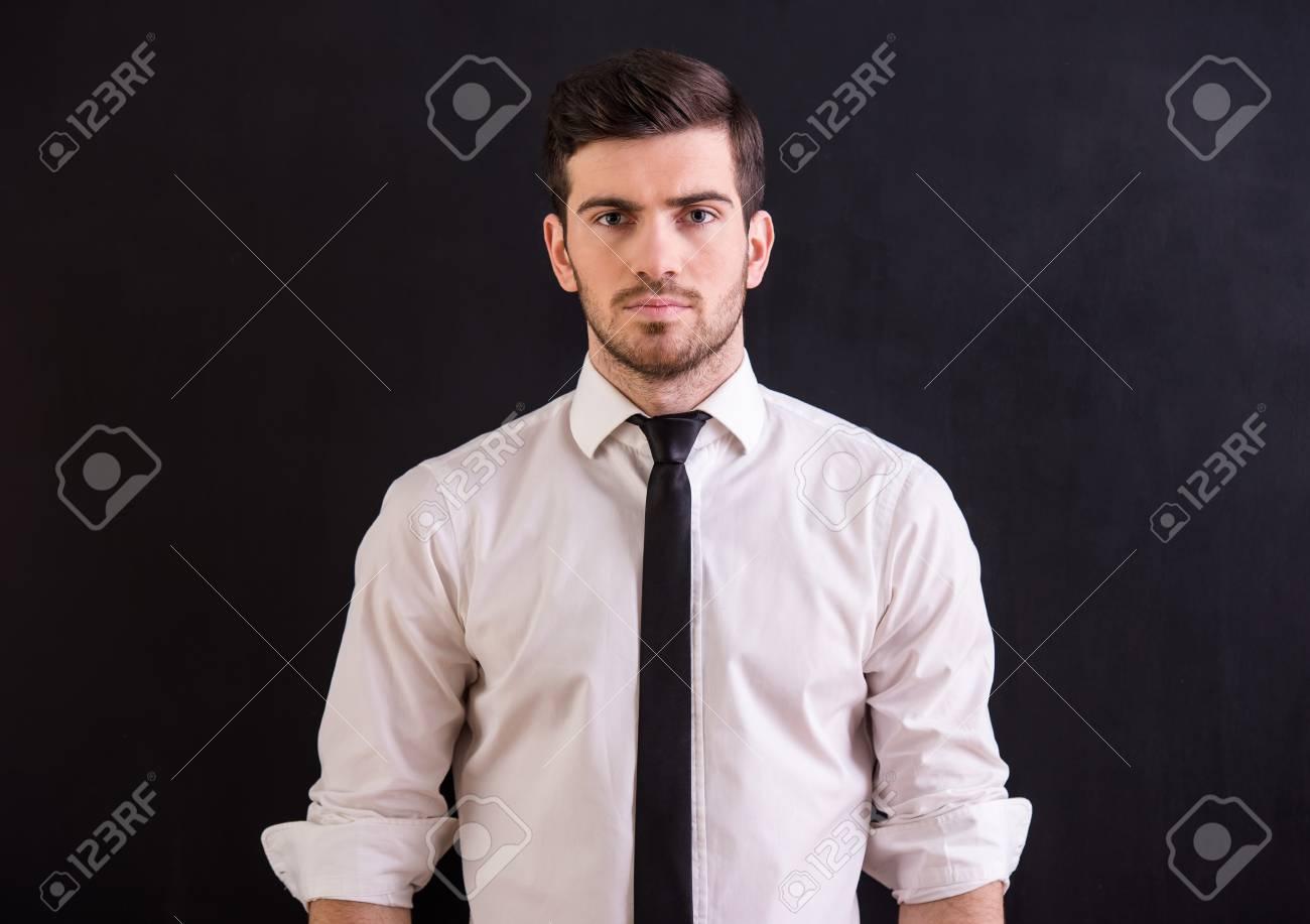 La Hombre Oscuro Y En Fondo Llevando El LazoPermaneciendo Joven Confidente Está Camisa FK1Jlc