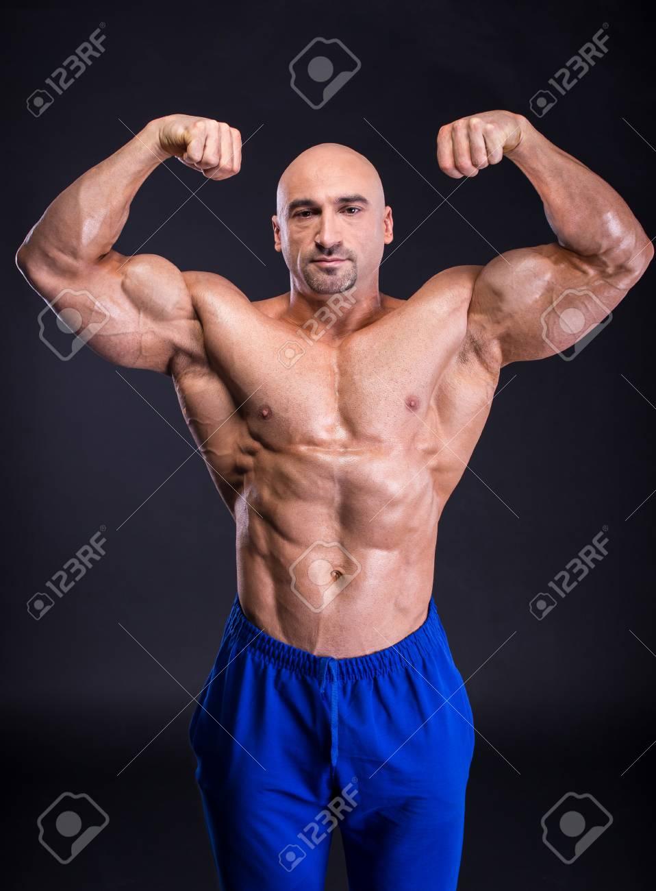 Muskulöser Mann Bodybuilder Demonstriert Seine Perfekte Muskulösen ...