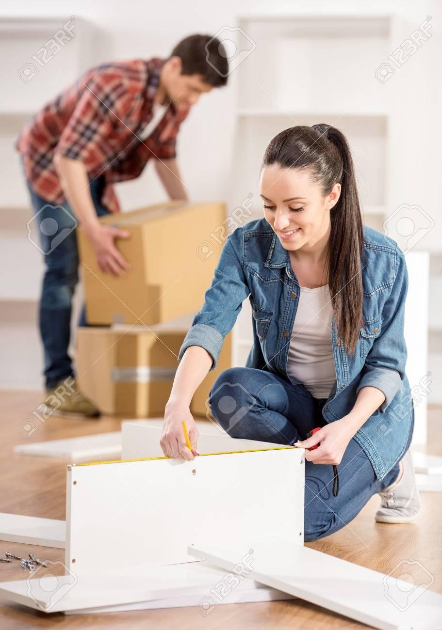 Standard Bild   Verbinden Sie Das Bewegen In Neues Haus Haus. Auspacken  Boxen Und Zusammenbau Von Möbeln.