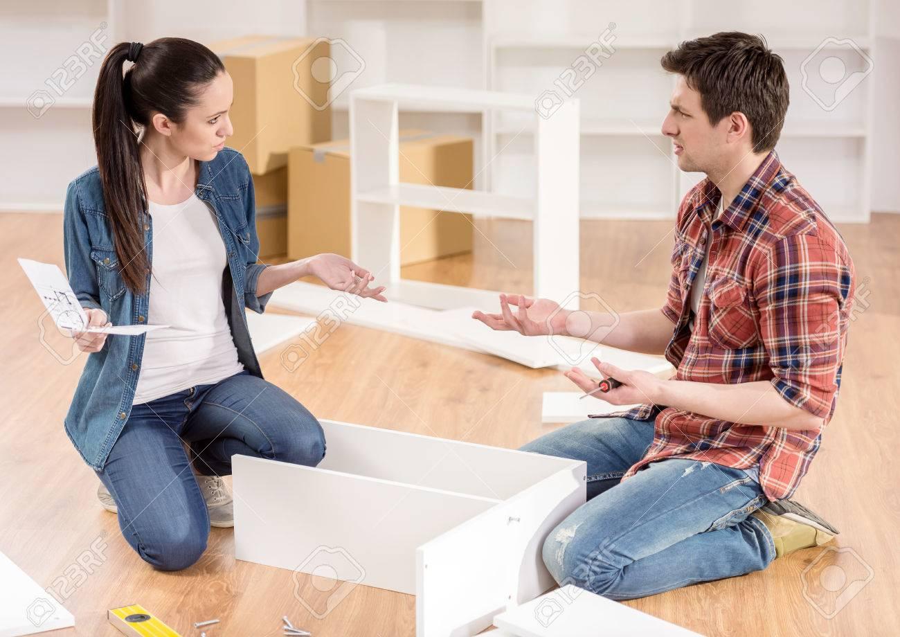 Verbinden Sie Das Bewegen In Neues Haus. Zusammenbau Von Möbeln. Startseite  Streit. Standard
