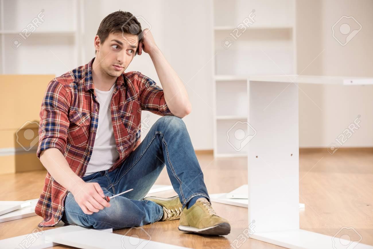Müde Mann Sitzen Auf Dem Boden Zu Hause Und Versuche Neue Möbel