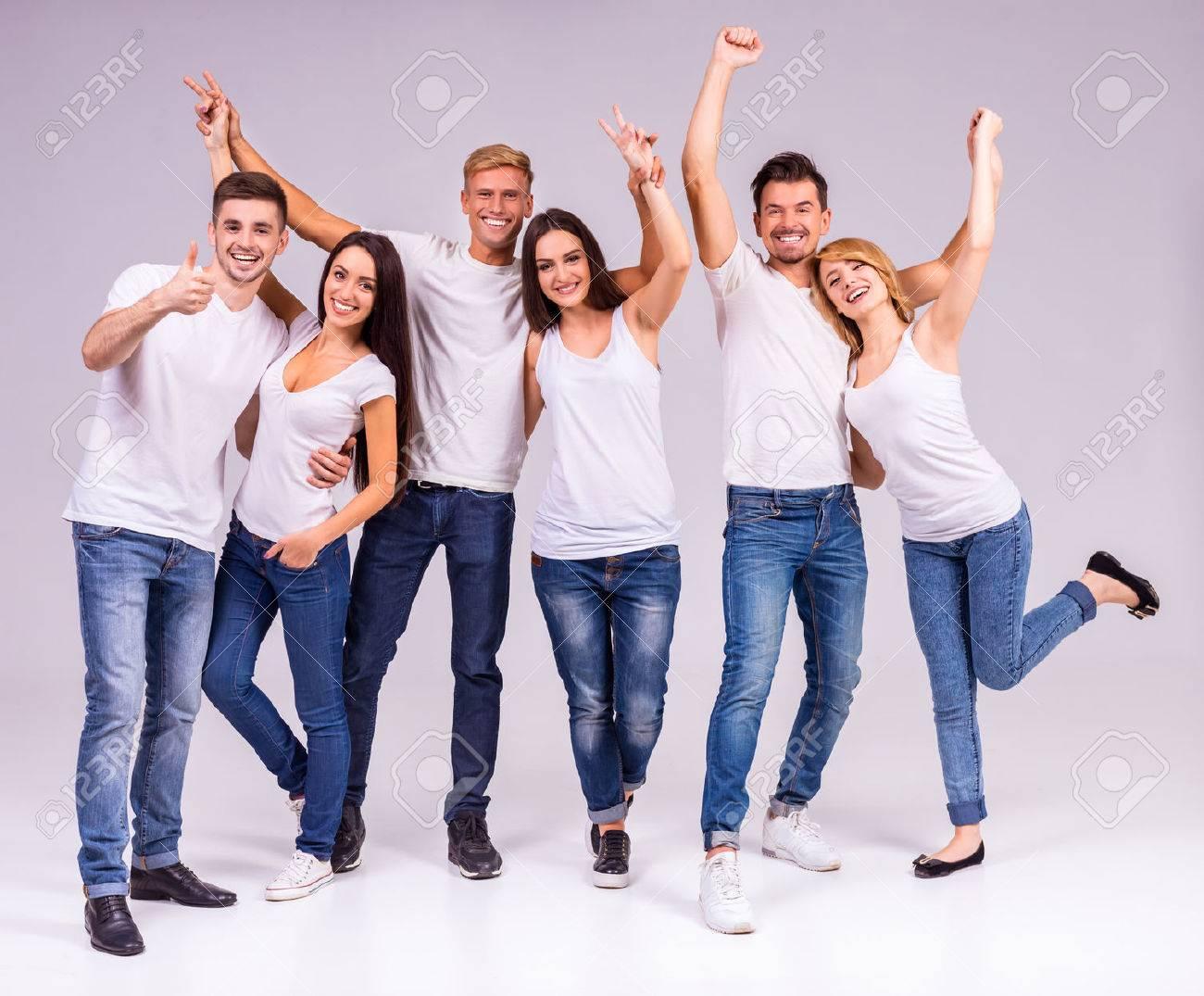 Eine Gruppe von jungen Menschen lächelnd auf einem grauen Hintergrund. Studioaufnahmen Standard-Bild - 46490775