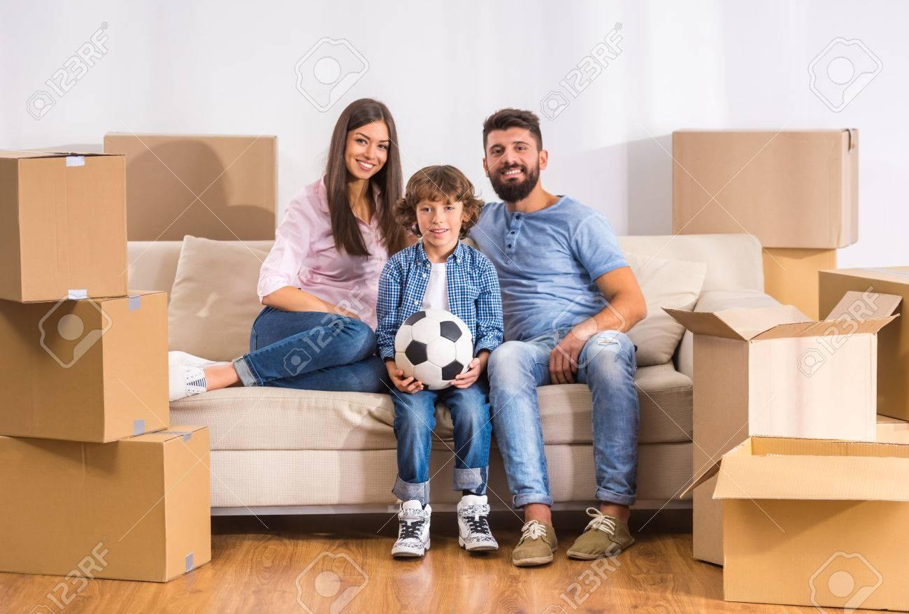 Junge Glückliche Familie Umzug In Ein Neues Zuhause Mit Geöffneten ...