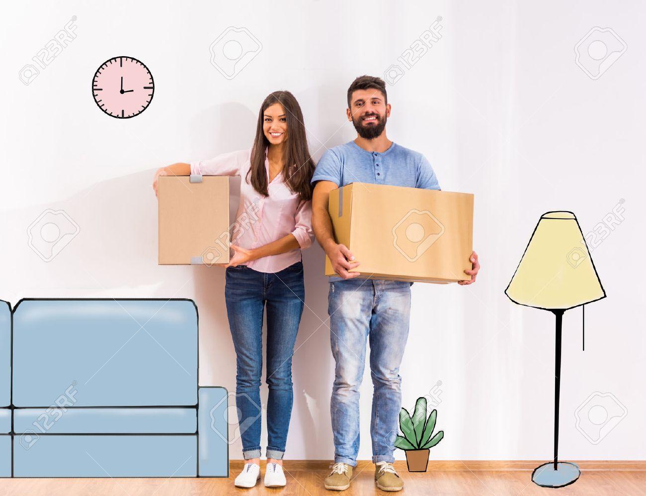 Junge Glückliche Paare, Umzug In Ein Neues Zuhause Mit Kartons ...
