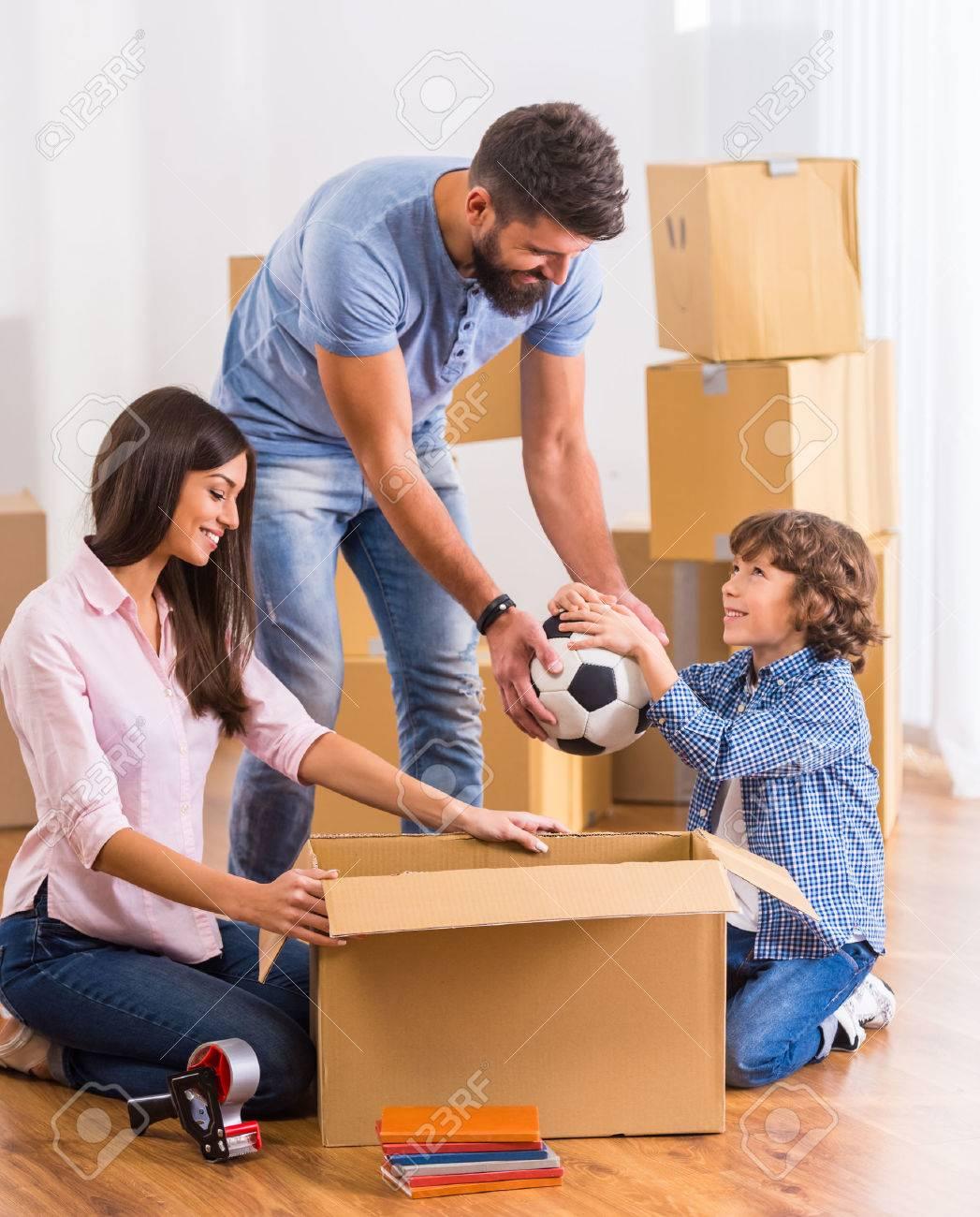 Junge Glückliche Familie Umzug In Ein Neues Zuhause, Öffnungskästen ...