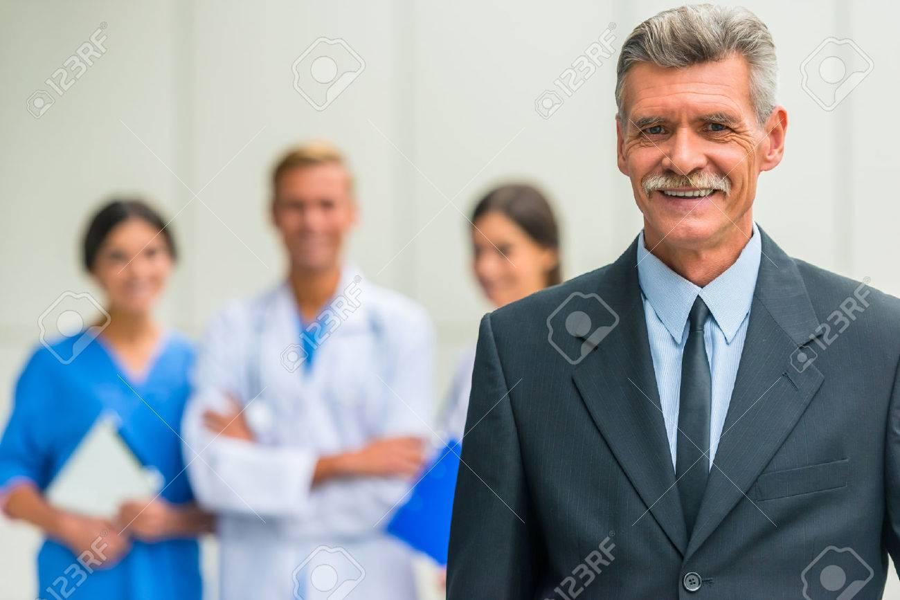 Patron. Senior male businessman shakes hands doctors in hospital Standard-Bild - 47104196