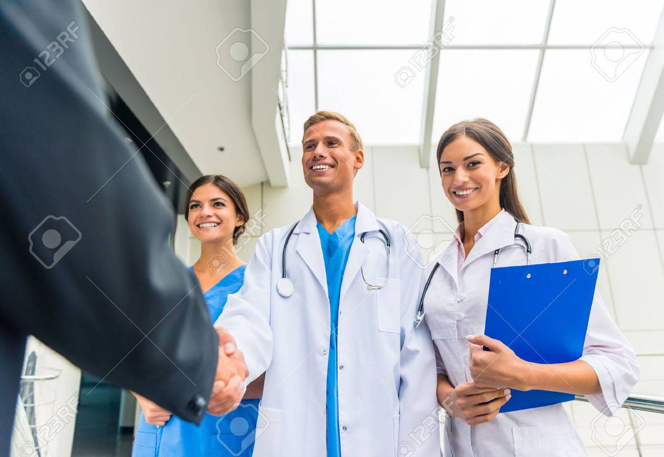 Patron. Senior männlichen Geschäftsmann schüttelt Hände Ärzte im Krankenhaus Standard-Bild - 47104275