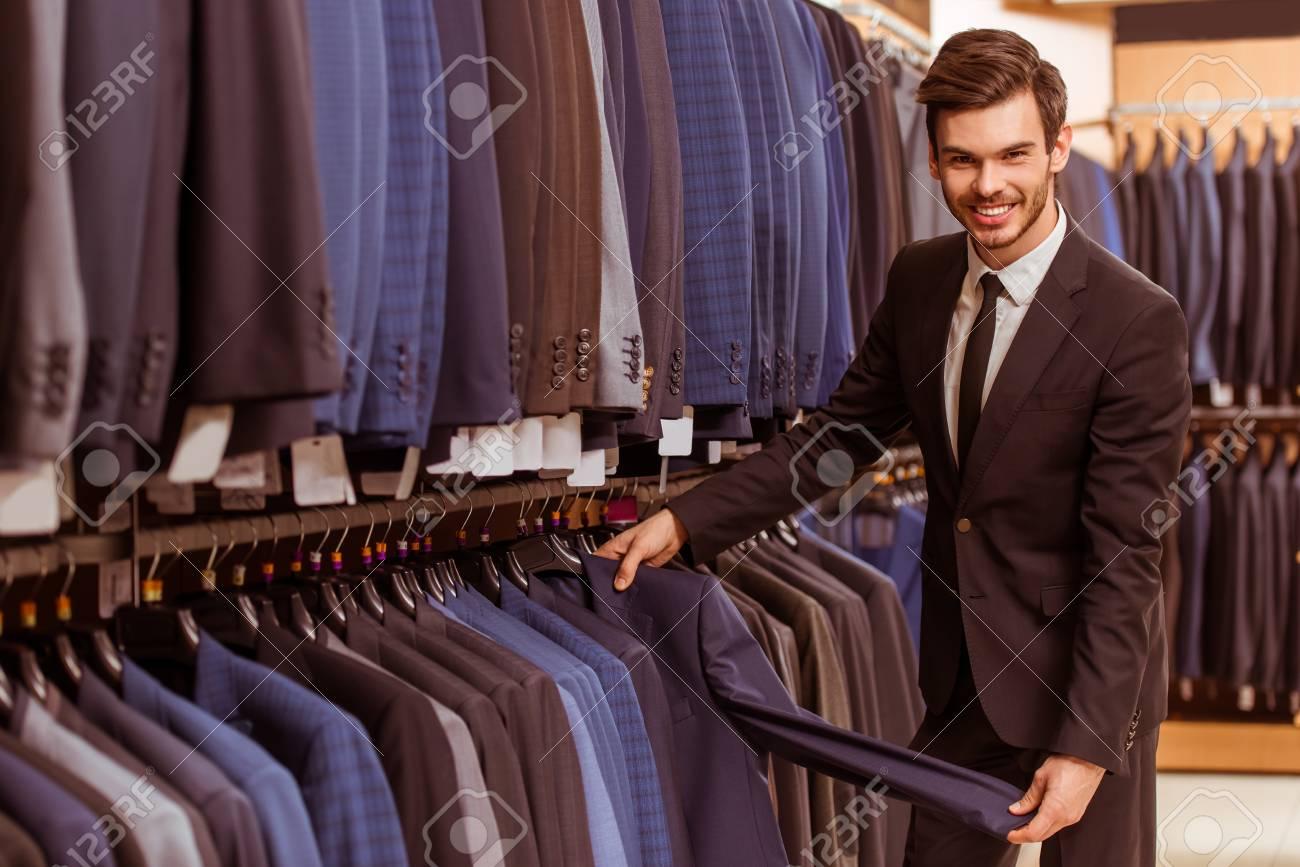 df7835fef48a3 Moderno joven apuesto hombre de negocios sonriendo mirando jpg 1300x867  Tienda de traje
