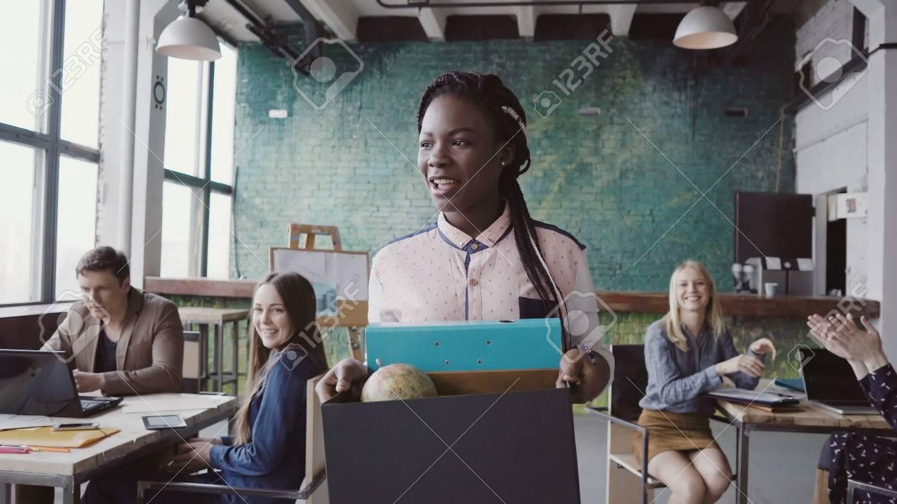 La jeune femme africaine récemment embauchée pour un emploi d