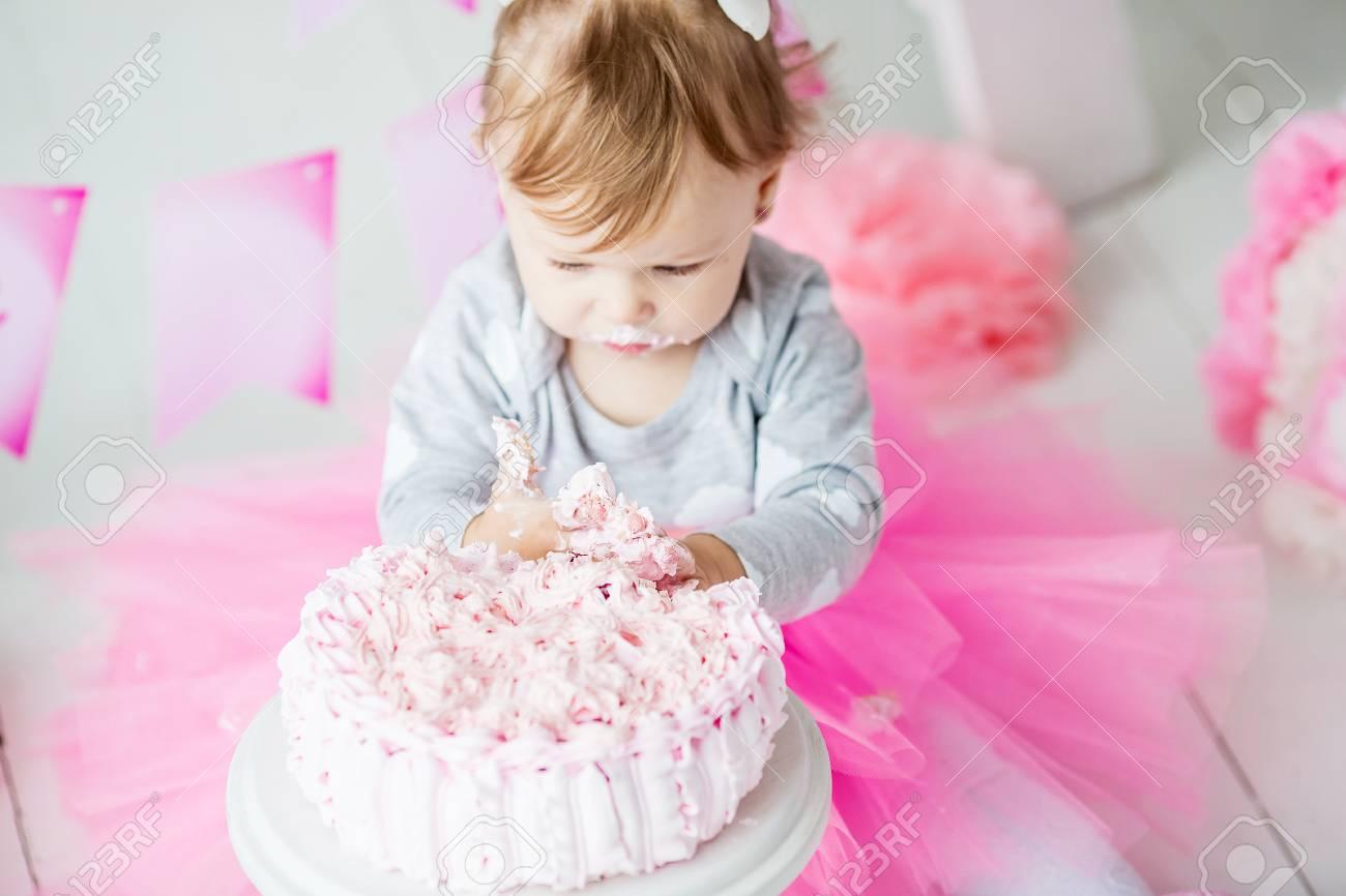 Bebé De 1 Año Celebrando El Primer Cumpleaños En La Habitación Comiendo Pastel Decoración De Cumpleaños Infancia