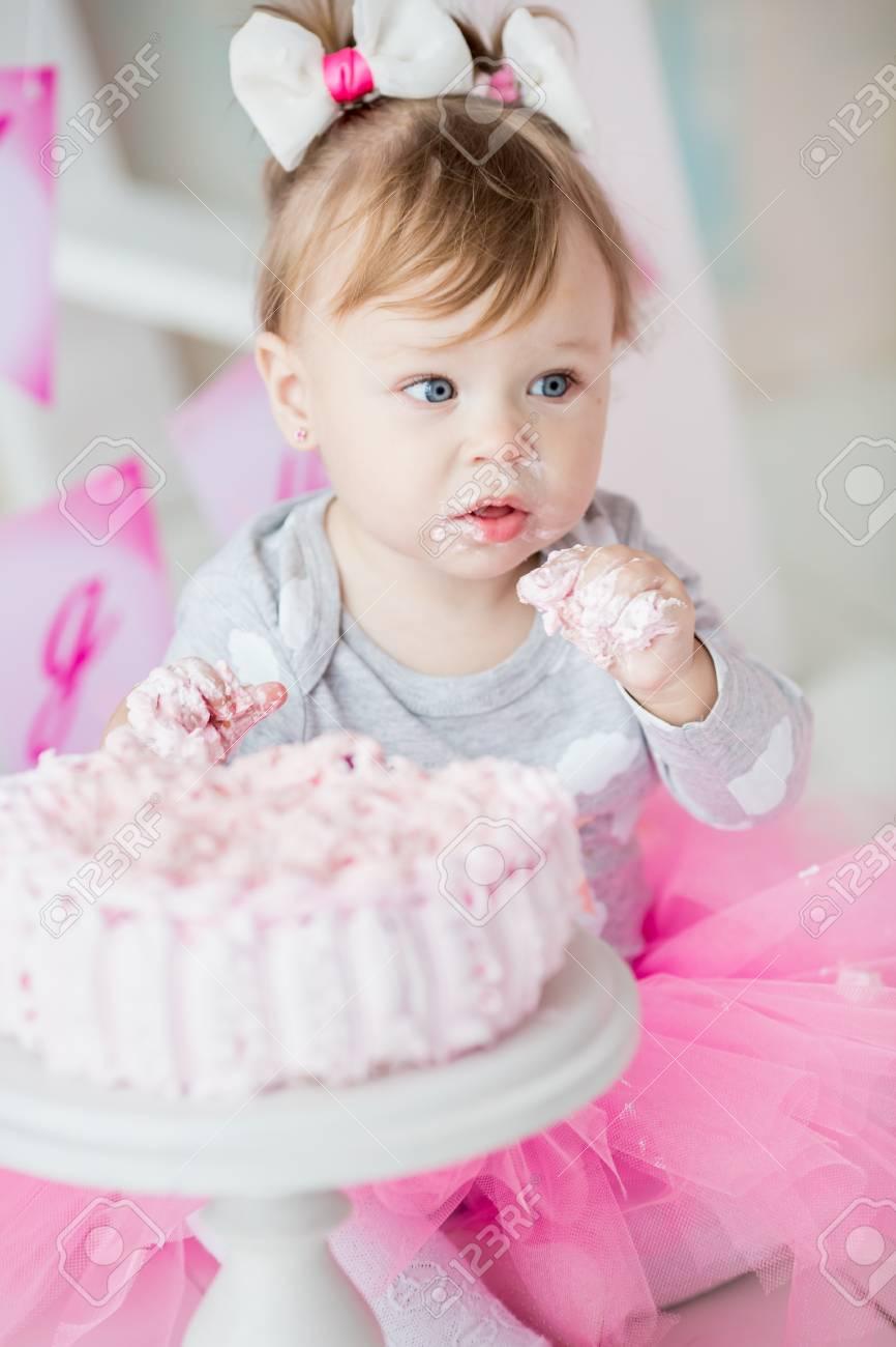 Baby 1 Jahriges Das Ersten Geburtstag Im Raum Feiert Kuchen Essen