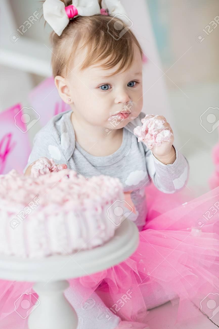 Bébé Fille 1 An Célébrant Son Premier Anniversaire Dans La Chambre Manger Du Gâteau Décoration Danniversaire Enfance