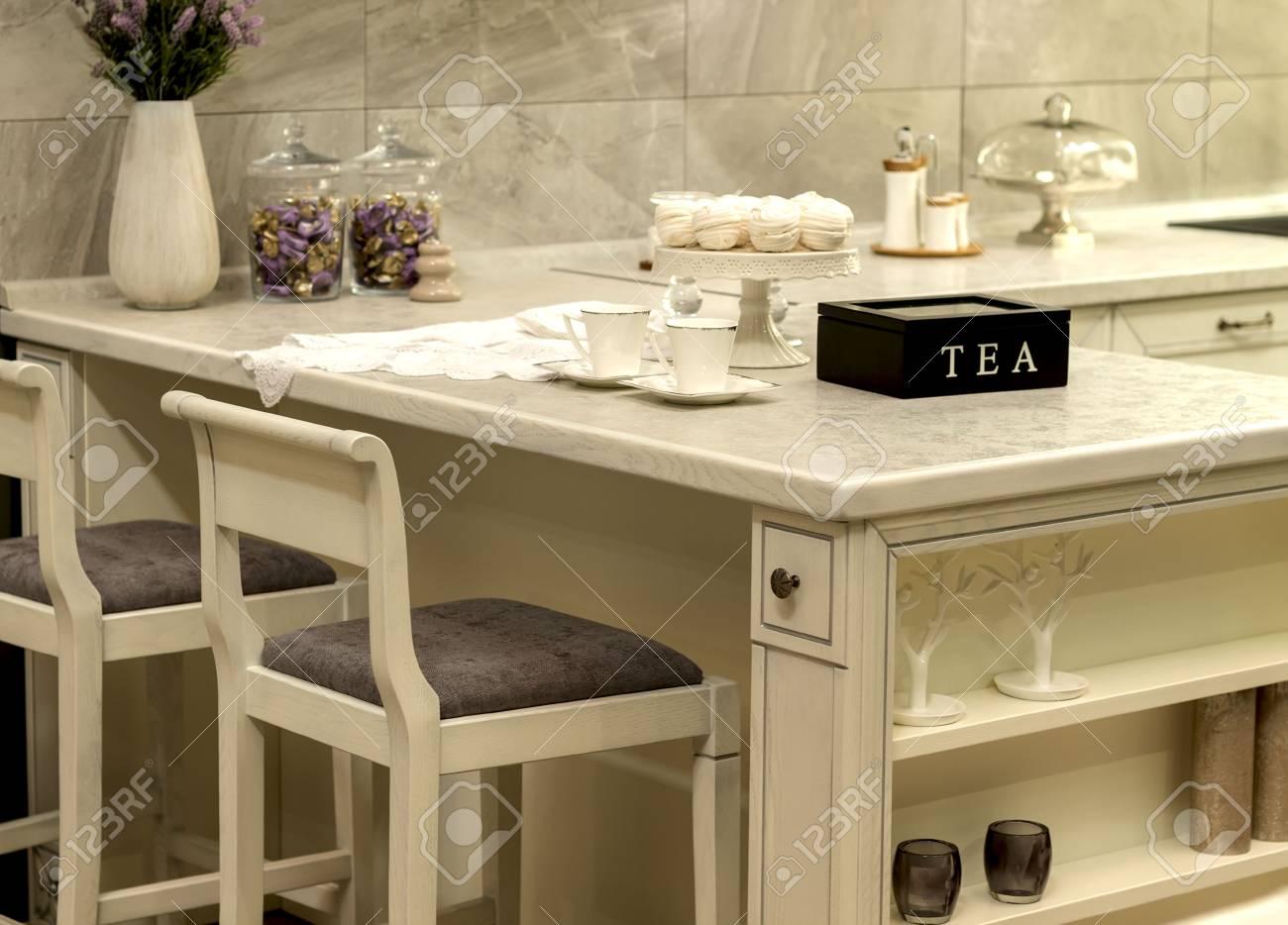 Tazza bianca in piedi sul tavolo da cucina, tè, colazione,
