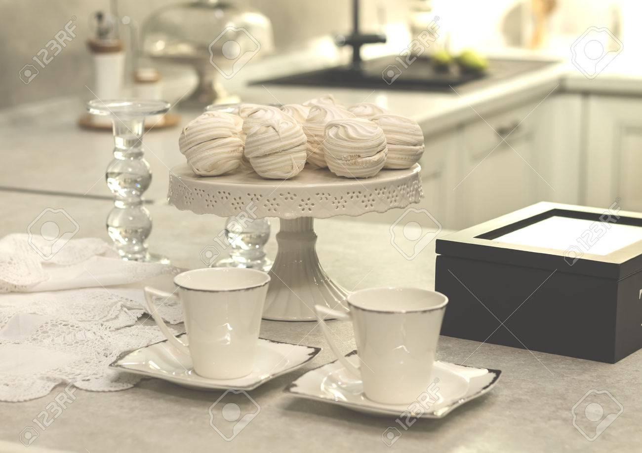 Taza Blanca De Pie En La Mesa De La Cocina, El Té, El Desayuno ...