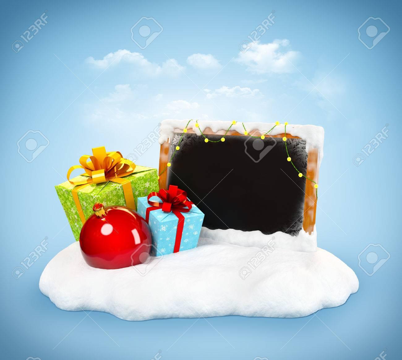 Weihnachtsgeschenkkästen Und Leere Tafel Auf Schneewehe Auf Blauem ...