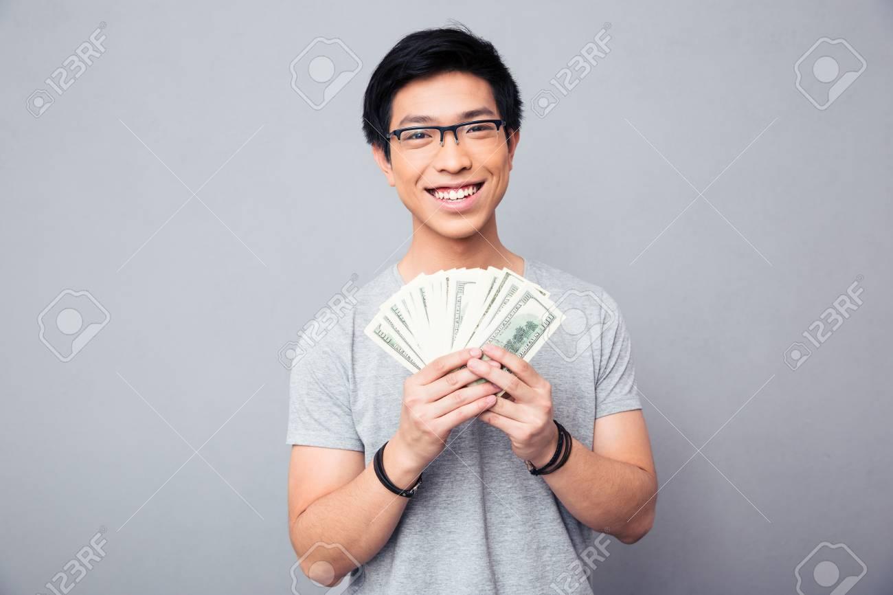 Freundlicher Mann In Den Gläsern Die Rechnungen Von Us Dollar über