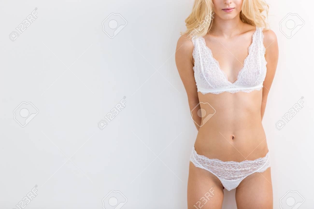 5426ed5ed6 Ritratto del primo piano di un corpo femminile sexy in biancheria isolata  su una priorità bassa bianca