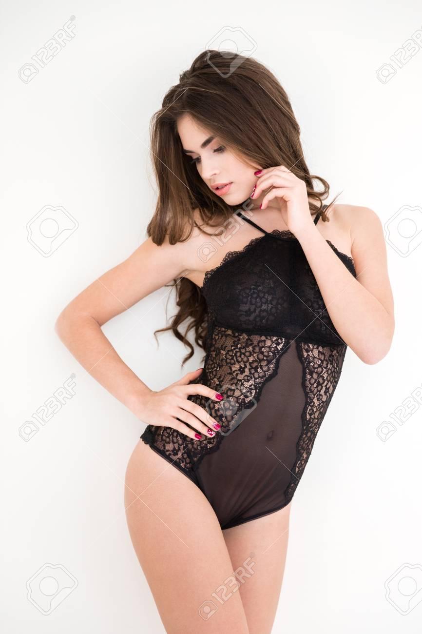 4dcb8aff53 Donna affascinante in costume sexy che presentano isolato su una priorità  bassa bianca