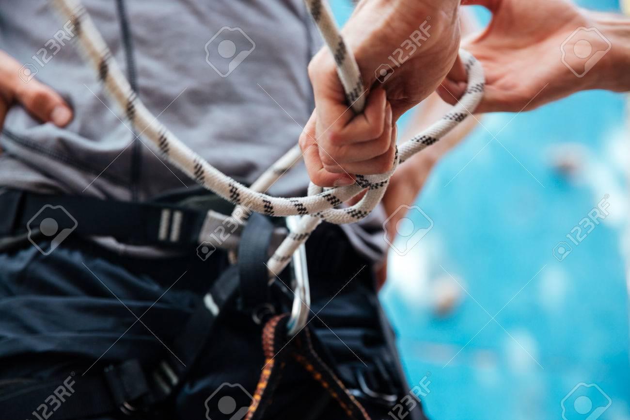 Kletterausrüstung Zug : Close up der kletterer anlegen von sicherheitsgurt und