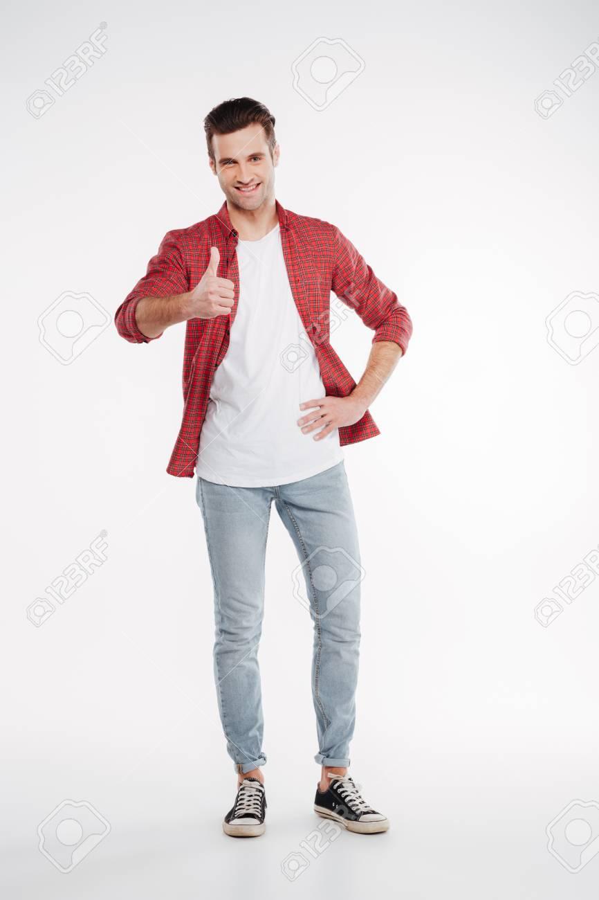 finest selection 8fc31 1a394 Immagine verticale dell'uomo in camicia e jeans che mostra pollice in su e  guardando la fotocamera. Sfondo bianco isolato