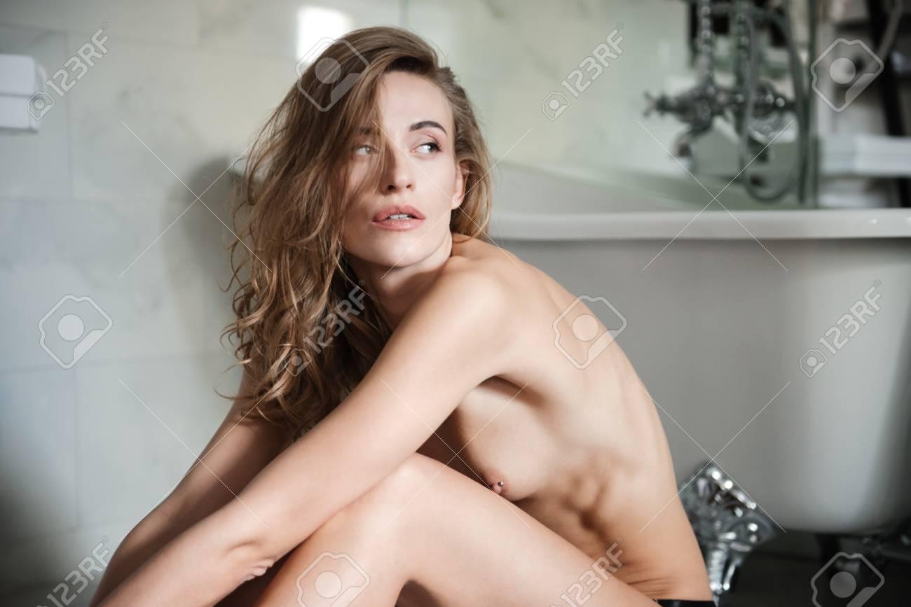 frau hübsch nackt im bad