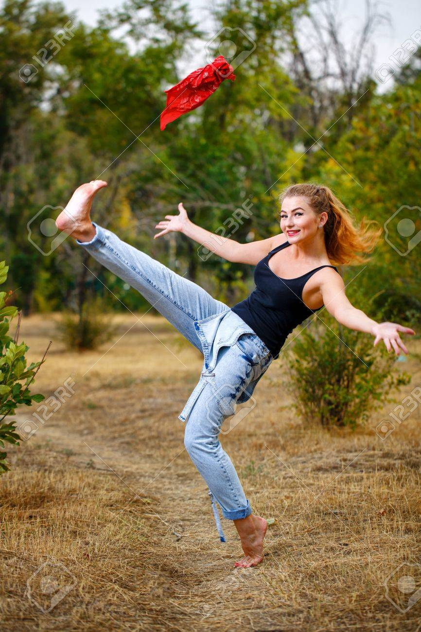 https://previews.123rf.com/images/vagengeym/vagengeym1309/vagengeym130900020/22114890-beautiful-pin-up-girl-barefoot-in-jeans-overalls-throws-a-red-bandanna.jpg