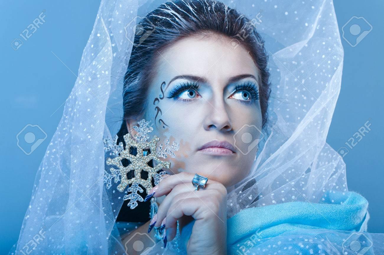 Fille Avec Scénique De Maquillage De La Reine Des Neiges Tient Un