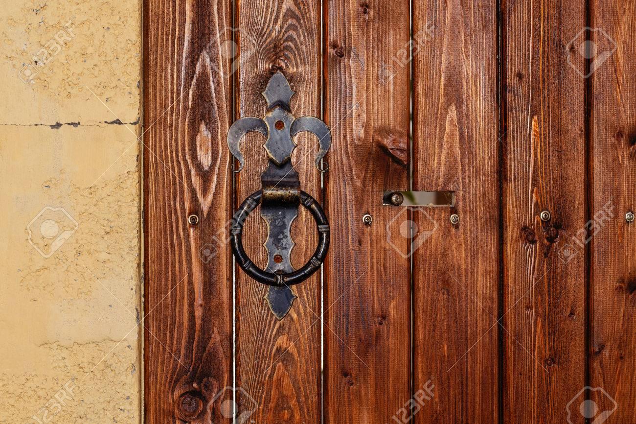 Poignée De Porte Ronde En Métal Sur Une Porte En Bois Avec Boulon - Poignee de porte ronde en bois