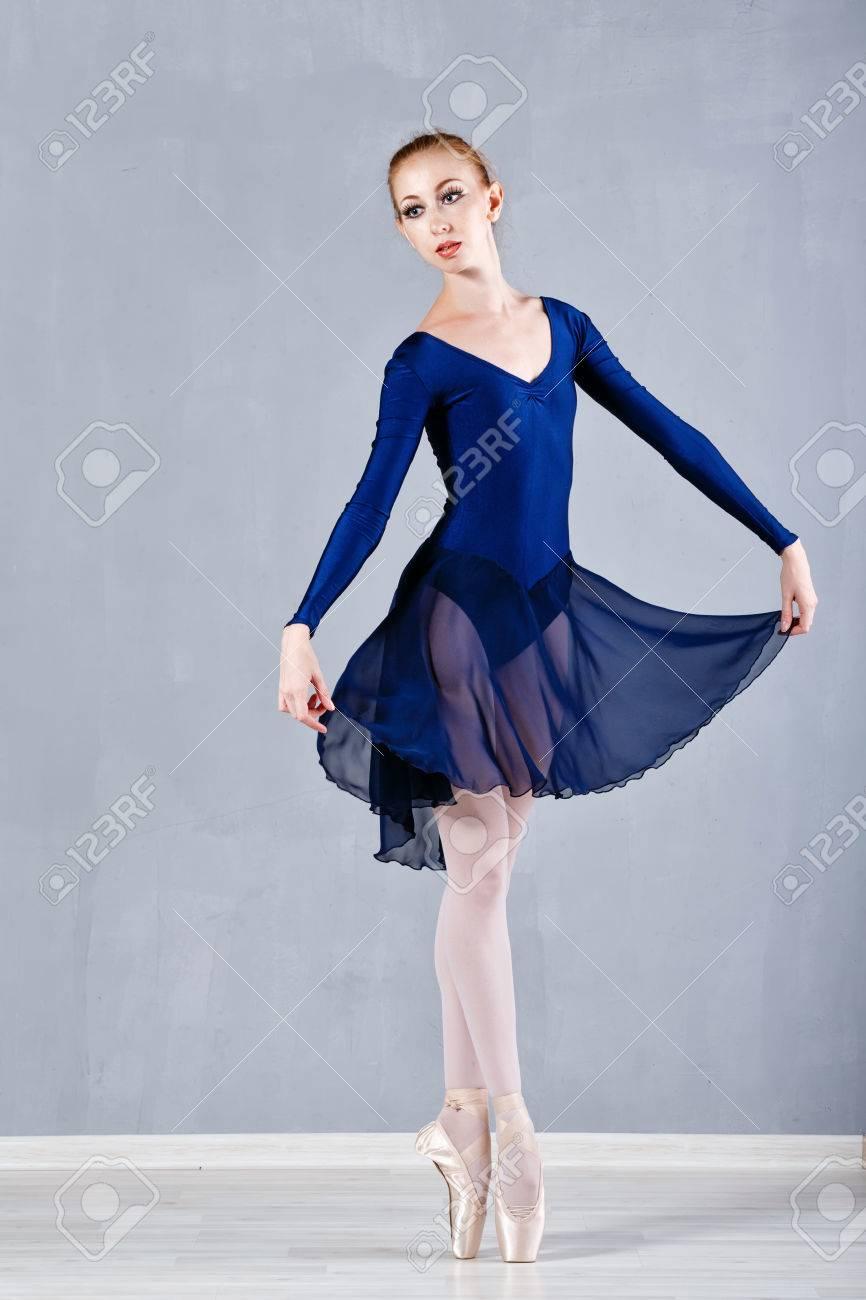 Joven Bailarina Delgada En Un Vestido De Baile Azul Muchacha Agraciada Poniéndose De Puntillas Actuación Ballet Clásico
