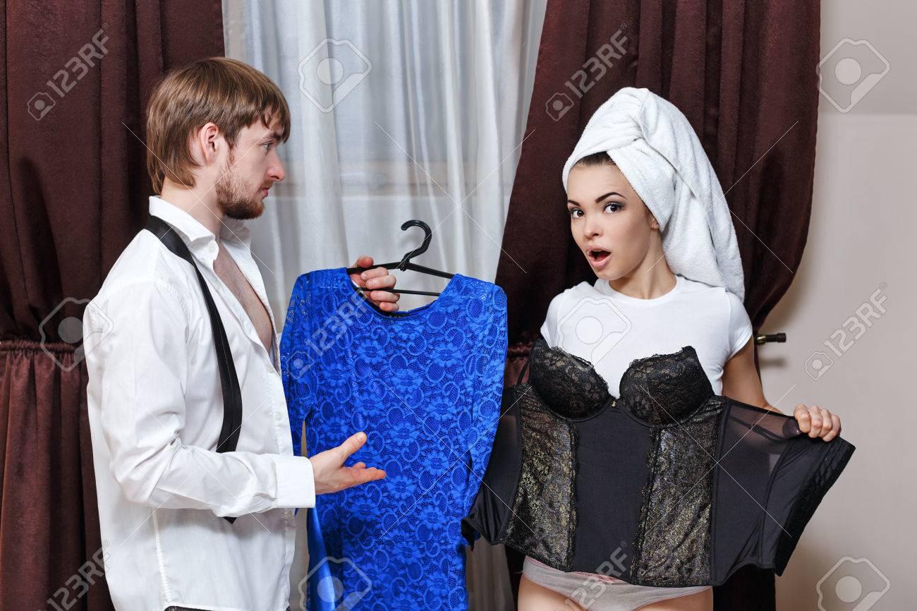 Mann Und Frau Gehen An Die Partei. Der Mann, Der Ihr Kleid. Mädchen ...