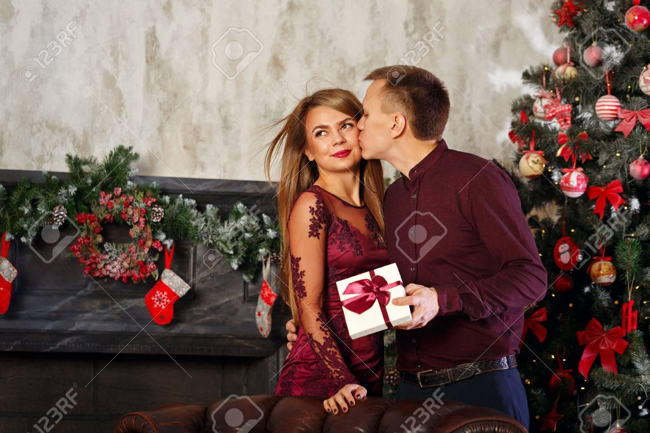 Liebespaar Und Weihnachten. Mann Küsst Seine Freundin In Dankbarkeit ...