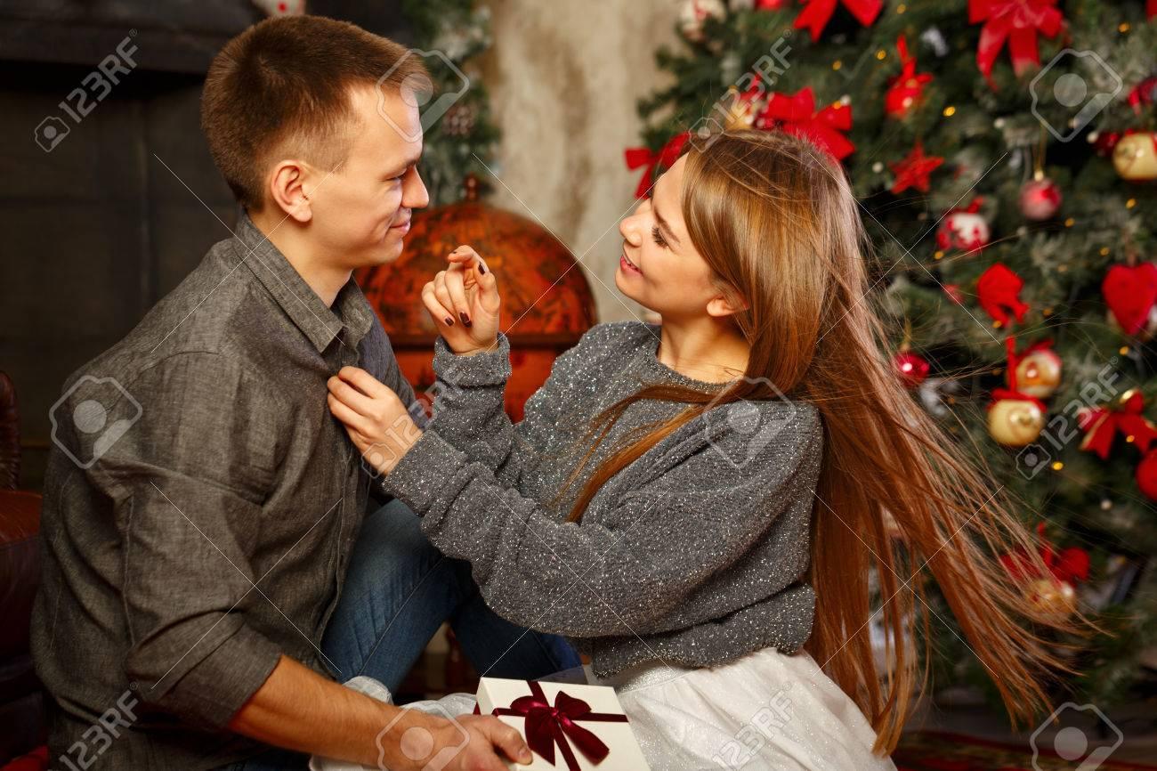 Liebespaar Und Weihnachten. Mädchen Knöpfte Shirt Kerl. Im ...