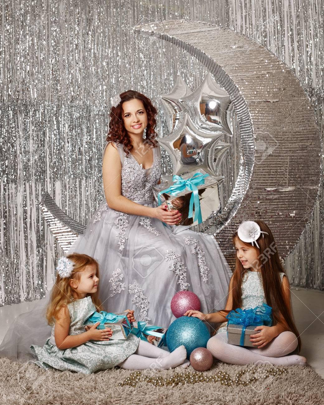 Mutter Und Töchter Warten Auf Weihnachten. Mom Gekleidete Fee Feen ...