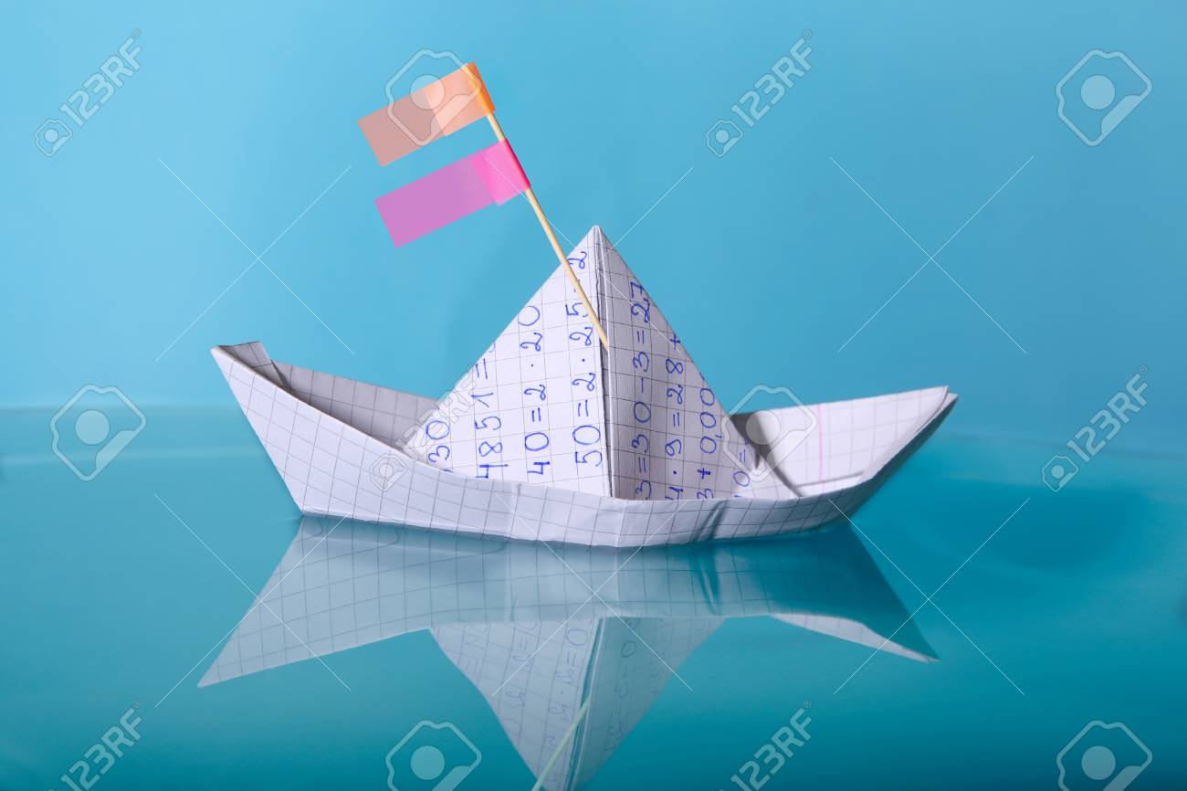 Bateau En Papier Fabrique A Partir De Papier Cahier De Mathematiques Navire En Papier Origami Naviguant Sur La Surface De L Eau Bleue Banque D Images Et Photos Libres De Droits Image 75003197