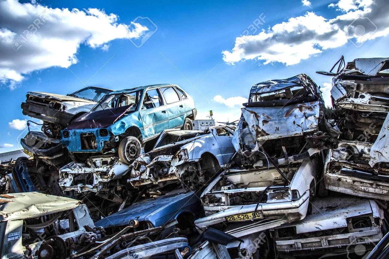Discarded cars on junkyard - 77905717