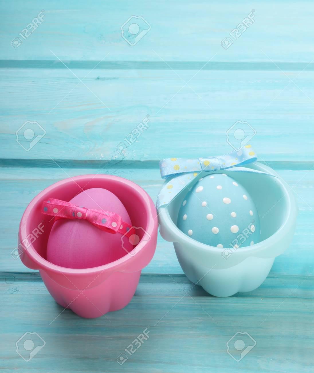 Rosa Und Blaue Eier Ostern Auf Hölzernem Hintergrund Lizenzfreie
