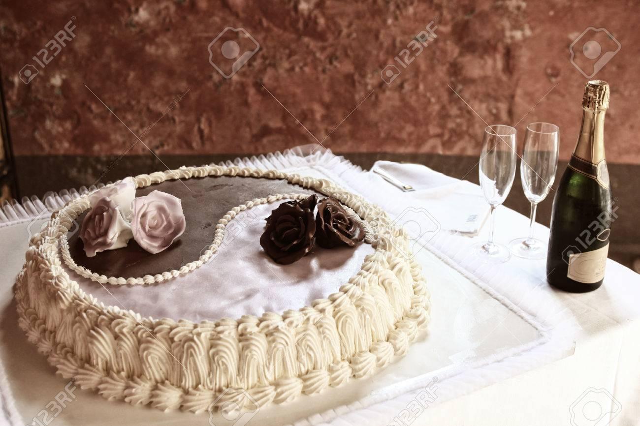 Chocolate And Cream Yin And Yang Design Wedding Cake With Sugar