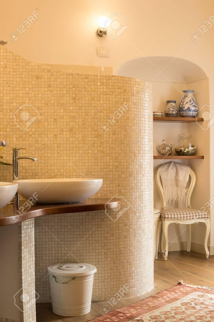 Elegante Geflieste Badezimmer In Naturtönen Mit Design-Waschbecken ...