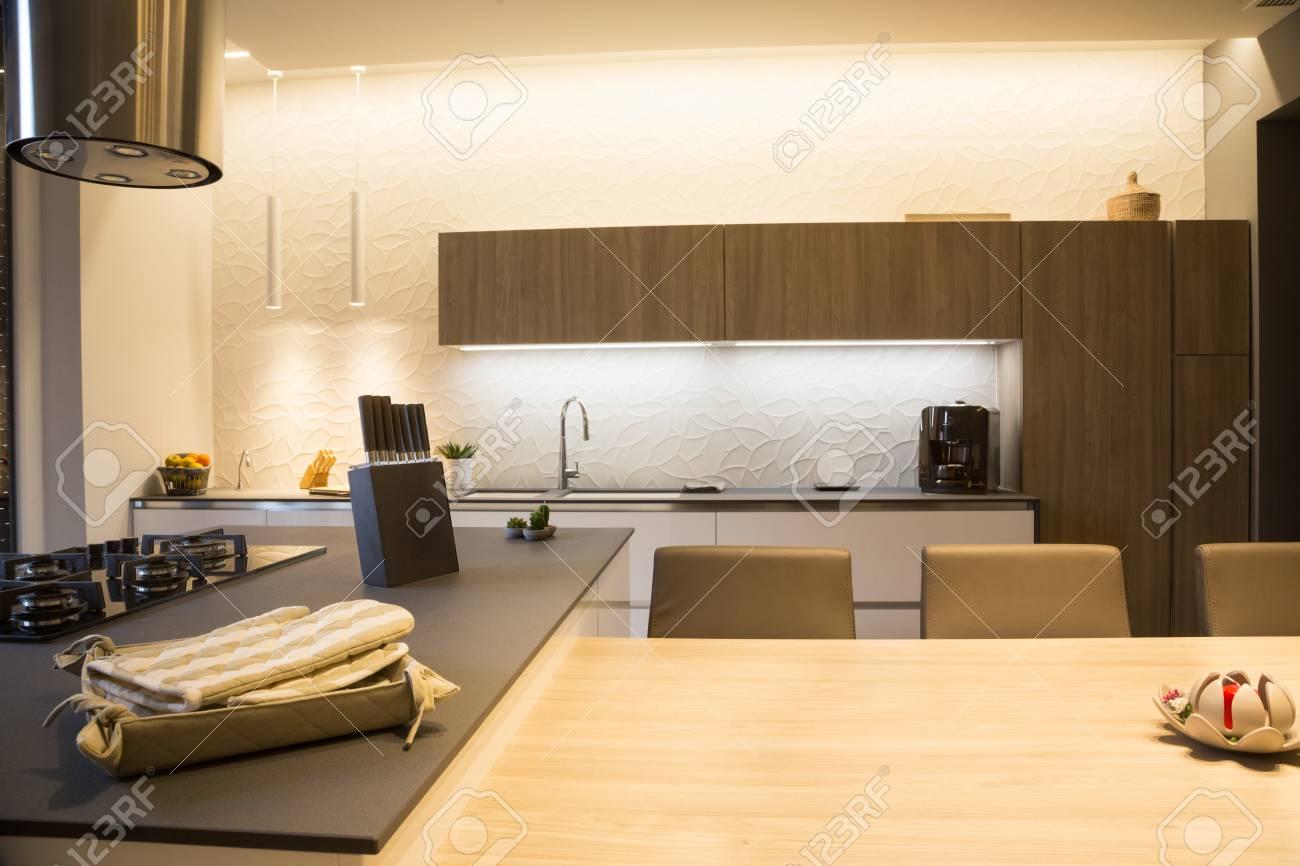Moderne Kücheninsel, Stühle, Kaffeemaschine Und Küchenzubehör ...